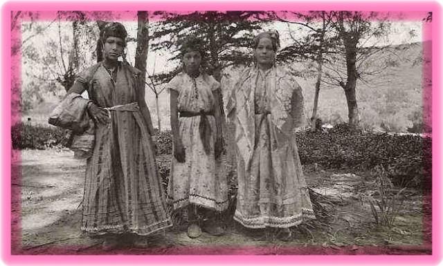 Aïcha se trouve à gauche sur la photo